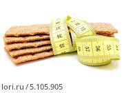 Купить «Ржаные хлебцы и измерительная лента», фото № 5105905, снято 27 сентября 2013 г. (c) Мастепанов Павел / Фотобанк Лори