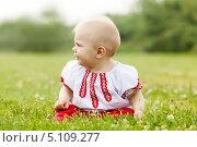 Купить «Маленькая девочка в русской традиционной одежде», фото № 5109277, снято 15 июня 2013 г. (c) Яков Филимонов / Фотобанк Лори