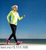 Купить «Девушка в спортивном костюме на пробежке под синим небом», фото № 5111105, снято 19 июня 2013 г. (c) Syda Productions / Фотобанк Лори