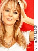 Купить «Энергичная блондинка на красном фоне», фото № 5112105, снято 7 октября 2006 г. (c) Syda Productions / Фотобанк Лори