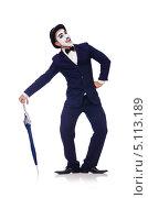 Купить «Мужчина в гриме мима стоит, опираясь на зонт. Изолировано на белом», фото № 5113189, снято 2 июля 2013 г. (c) Elnur / Фотобанк Лори