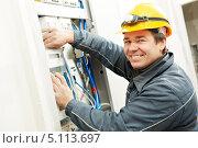 Купить «Электрик стоит около щитка», фото № 5113697, снято 16 марта 2012 г. (c) Дмитрий Калиновский / Фотобанк Лори