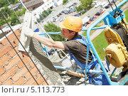 Рабочий штукатурит стену здания. Стоковое фото, фотограф Дмитрий Калиновский / Фотобанк Лори