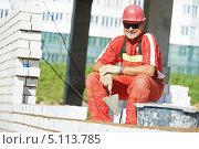 Купить «Каменщик на строительстве здания», фото № 5113785, снято 1 августа 2013 г. (c) Дмитрий Калиновский / Фотобанк Лори