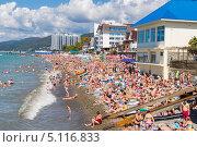 Купить «Многолюдный центральный городской пляж в курортном поселке Лазаревское», фото № 5116833, снято 9 сентября 2013 г. (c) Владимир Сергеев / Фотобанк Лори