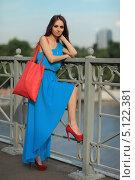 Счастливая девушка в синем летнем платье стоит на мосту. Стоковое фото, фотограф Игорь Долгов / Фотобанк Лори
