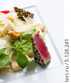 Салат с тунцом в кунжуте. Стоковое фото, фотограф Александр Волков / Фотобанк Лори