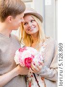 Купить «Молодой человек пришел на свидание с девушкой с букетом цветов», фото № 5128869, снято 6 сентября 2013 г. (c) Syda Productions / Фотобанк Лори