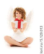 Купить «Счастливый ангел с подарком, перевязанным лентой», фото № 5129013, снято 1 августа 2009 г. (c) Syda Productions / Фотобанк Лори