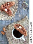 Шоколадные бискотти с миндалем и чашка кофе. Стоковое фото, фотограф Попкова Ольга / Фотобанк Лори