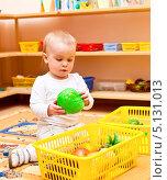 Купить «Маленькая девочка играет игрушками в яслях», фото № 5131013, снято 13 марта 2010 г. (c) Дмитрий Наумов / Фотобанк Лори
