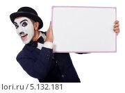 Купить «Актер-мим в шляпе и строгом костюме держит баннер», фото № 5132181, снято 2 июля 2013 г. (c) Elnur / Фотобанк Лори