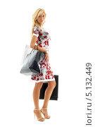 Купить «Красивая молодая женщина с покупками», фото № 5132449, снято 15 августа 2006 г. (c) Syda Productions / Фотобанк Лори