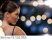 Купить «Элегантная девушка на фоне расфокусированных огней», фото № 5132553, снято 12 декабря 2010 г. (c) Syda Productions / Фотобанк Лори