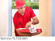 Купить «Разносчик пиццы в дверях дома», фото № 5133661, снято 9 сентября 2010 г. (c) Phovoir Images / Фотобанк Лори