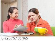 Купить «Мать ругает взрослую дочь за неоплаченные счета», фото № 5135965, снято 5 декабря 2012 г. (c) Яков Филимонов / Фотобанк Лори