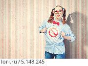 Купить «девушка со знаком запрета на майке», фото № 5148245, снято 15 марта 2013 г. (c) Sergey Nivens / Фотобанк Лори
