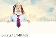 Купить «радостная девушка в галстуке держит пустой плакат», фото № 5148409, снято 7 июля 2020 г. (c) Sergey Nivens / Фотобанк Лори