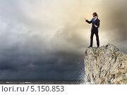 Купить «Бизнесмен с завязанными глазами на краю обрыва», фото № 5150853, снято 11 мая 2012 г. (c) Sergey Nivens / Фотобанк Лори
