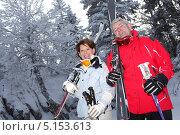 Двое немолодых лыжников в лесу. Стоковое фото, фотограф Phovoir Images / Фотобанк Лори
