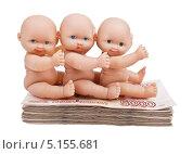 Купить «С днем рождения, тройняшки! Три пупса сидят на пачке денег. Концепция дети и деньги.», фото № 5155681, снято 12 октября 2013 г. (c) Элина Гаревская / Фотобанк Лори