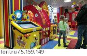 Купить «Игровые автоматы и дети с родителями», видеоролик № 5159149, снято 13 октября 2013 г. (c) Кекяляйнен Андрей / Фотобанк Лори