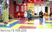 Купить «Ходьба по канату на полу, детский праздник», видеоролик № 5159233, снято 13 октября 2013 г. (c) Кекяляйнен Андрей / Фотобанк Лори