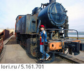 Купить «Девушка позирует на старом советском паровозе», фото № 5161701, снято 25 апреля 2010 г. (c) Евгений Ткачёв / Фотобанк Лори