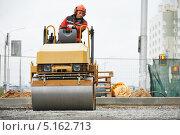 Купить «Грунтовый каток, асфальтирование дороги», фото № 5162713, снято 8 октября 2013 г. (c) Дмитрий Калиновский / Фотобанк Лори