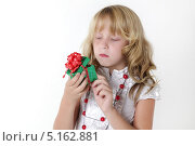 Девочка заглядывает в коробку с подарком. Стоковое фото, фотограф Olga Taranik / Фотобанк Лори