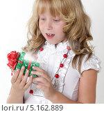Девочка открывает коробку с подарком. Стоковое фото, фотограф Olga Taranik / Фотобанк Лори