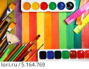 Купить «Акварельные краски  и цветные карандаши с кистями», фото № 5164769, снято 25 сентября 2011 г. (c) Сергей Белов / Фотобанк Лори