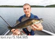 Молодой человек с уловом. Стоковое фото, фотограф Антон Журавков / Фотобанк Лори