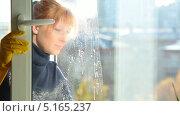 Купить «Девушка моет окно», видеоролик № 5165237, снято 14 октября 2013 г. (c) Серёга / Фотобанк Лори