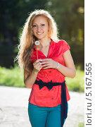 Купить «Счастливая блондинка с одуванчиком», фото № 5167565, снято 23 мая 2018 г. (c) Сергей Сухоруков / Фотобанк Лори