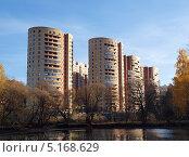 Купить «Современные многоэтажные жилые дома в Троицке осенью», фото № 5168629, снято 13 октября 2013 г. (c) SevenOne / Фотобанк Лори