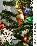 Купить «Стеклянная сова на ветвях искусственной ёлки», эксклюзивное фото № 5168933, снято 31 декабря 2012 г. (c) Dmitry29 / Фотобанк Лори