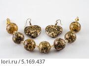Купить «Серьги в виде сердец и браслет из яшмы леопардовая шкура на белом фоне», фото № 5169437, снято 7 октября 2013 г. (c) verbaska / Фотобанк Лори