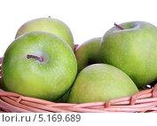 Корзинка с зелеными яблоками на белом фоне. Стоковое фото, фотограф Наталья Бидюкова / Фотобанк Лори