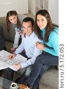 Купить «Семейство изучает план своего нового дома в офисе архитектора», фото № 5172053, снято 21 января 2010 г. (c) Phovoir Images / Фотобанк Лори