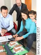 Купить «Семейство рассматривает макет будущего дома в архитектурном бюро», фото № 5172077, снято 21 января 2010 г. (c) Phovoir Images / Фотобанк Лори