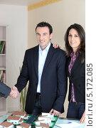 Купить «Клиент и агент по недвижимости пожимают друг другу руки в офисе», фото № 5172085, снято 21 января 2010 г. (c) Phovoir Images / Фотобанк Лори