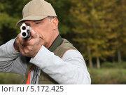 Купить «Мужчина с двустволкой целится в зрителя», фото № 5172425, снято 28 сентября 2010 г. (c) Phovoir Images / Фотобанк Лори