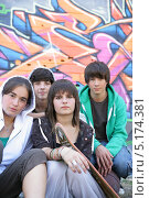 Купить «Четверо подростков на фоне стены, изрисованной граффити», фото № 5174381, снято 16 января 2003 г. (c) Phovoir Images / Фотобанк Лори