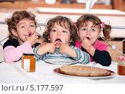 Купить «Трое детей гримасничают, сидя за столом», фото № 5177597, снято 20 октября 2010 г. (c) Phovoir Images / Фотобанк Лори