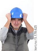 Купить «Рабочий испуганно схватился за каску», фото № 5178625, снято 2 февраля 2011 г. (c) Phovoir Images / Фотобанк Лори