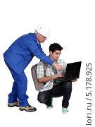 Купить «Пожилой рабочий показывает что-то молодому парню с рюкзаком на экране ноутбука», фото № 5178925, снято 15 февраля 2011 г. (c) Phovoir Images / Фотобанк Лори