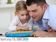 Купить «Отец играет с маленькой дочерью», фото № 5180009, снято 10 февраля 2011 г. (c) Phovoir Images / Фотобанк Лори