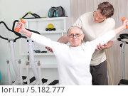 Купить «Старая женщина с тренером занимается в спортзале», фото № 5182777, снято 13 апреля 2010 г. (c) Phovoir Images / Фотобанк Лори