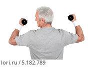 Купить «Вид со спины на пожилого мужчину с легкими гантелями», фото № 5182789, снято 13 апреля 2010 г. (c) Phovoir Images / Фотобанк Лори